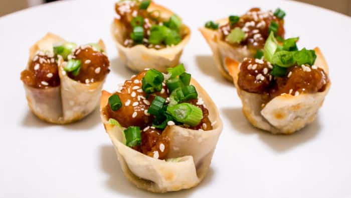 These little wonton cups bring the flavour of famous restaurant style sesame chicken into a little bite size appetizer. Great for parties or holidays!
