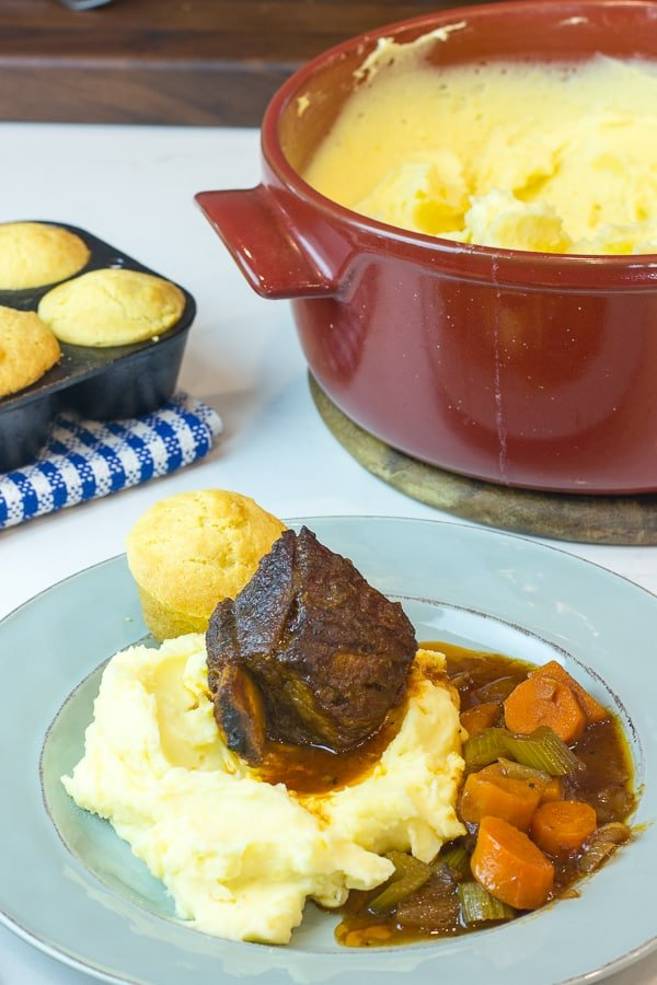 How to make braised beef short ribs with red wine and broth. Serve with mashed potatoes and cornbread muffins.